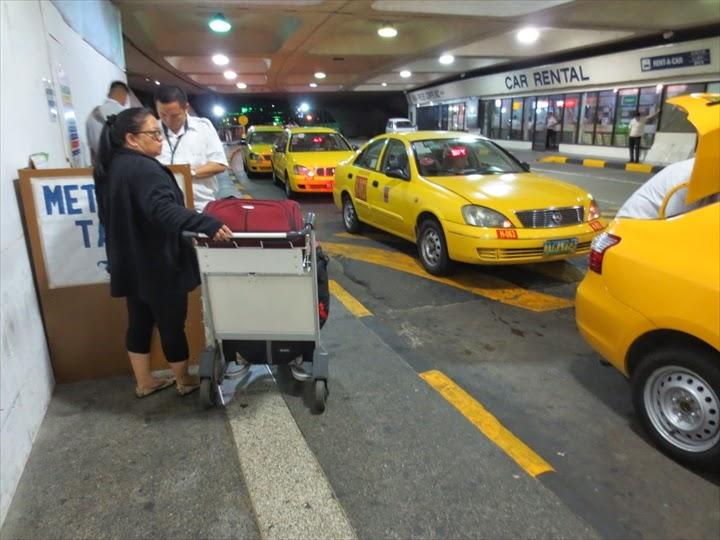 マニラのターミナル1のイエロータクシー