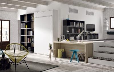 Salón con cama abatible blanca,escritorio y estanterías