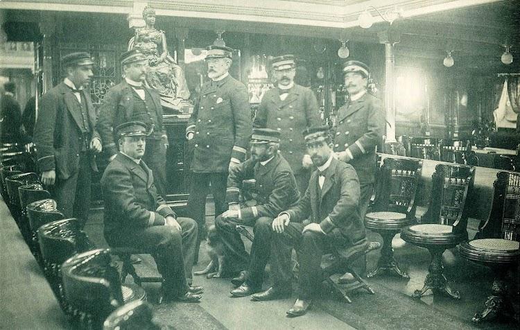 Jose Maria Gorordo e Igartua y oficiales del buque. Sala del REINA MARIA CRISTINA. Revista El Mundo Naval Ilustrado. Año 1897.jpg