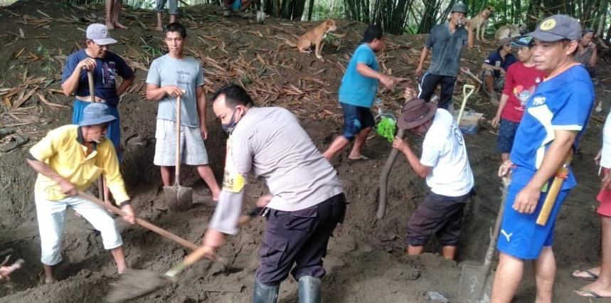 Bhabinkamtibmas Polsek Marioriwawo Giat Gotong Royong Bersama Masyarakat