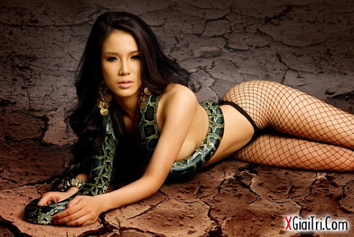 Hotgirl nude cùng với rắn