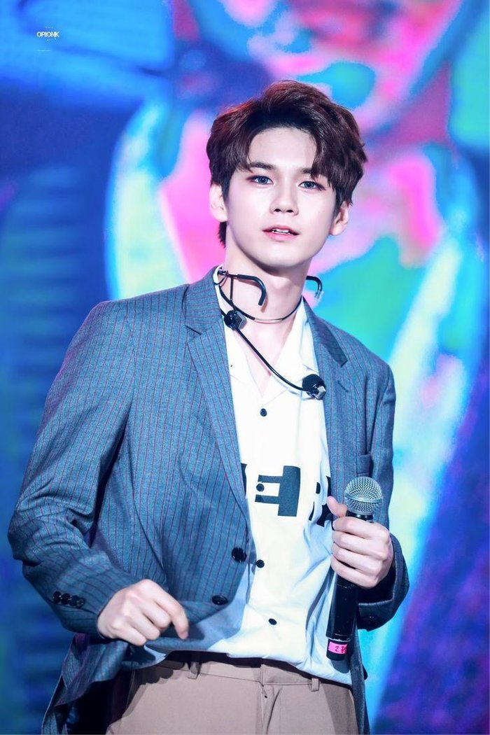 Ong-Seongwu-revealed-the-official-lightstick-KpopHit