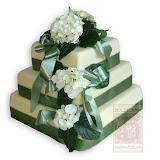 8. kép: Esküvői torták - Esküvői három szintes zöld szalagos torta