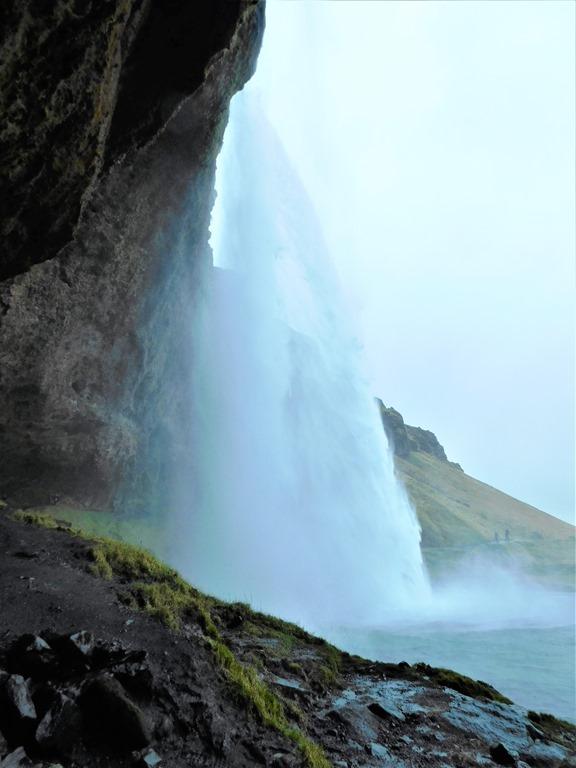 [Seljalandsfoss-waterfall-Iceland5]