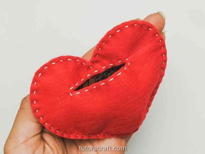 cofrinho de coração de feltro cheio de moedas