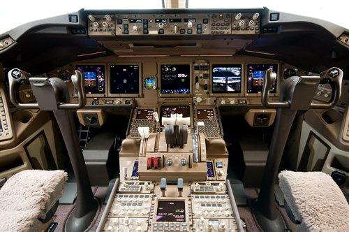 Кабина пилота самолета Boeing-777