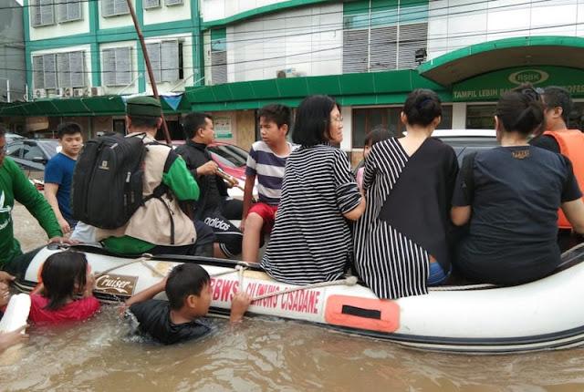 FPI Evakuasi Warga Tionghoa dari Banjir di Bekasi, Nih Fotonya