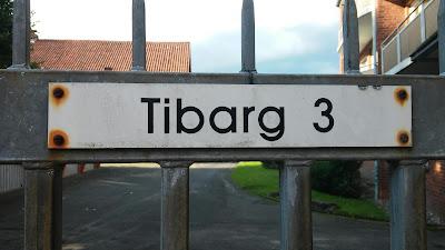 Tibarg 3 ins Navi eingeben. Das ist direkt vor der Durchfahrt zum Tiebarg Platz mit der Ladeststion