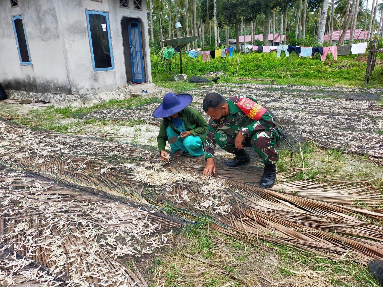Serda Herry Berkunjung ke Penjemur Ikan Teri di Desa Tanjung Tengah