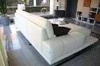 offerta divano a prezzo occasione modello Diamante in pelle, particolare braccioli, il divano è rifinito sul retro per centro stanza
