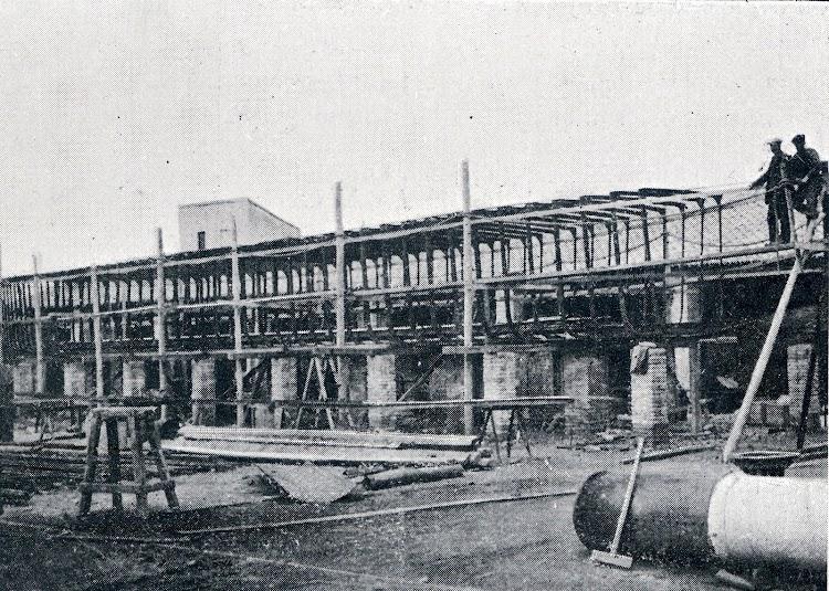 Construcción del vapor ANITA en los astilleros de Joaquín Sales Homedes. De la revista La Vida Marítima. Año 1915.jpg