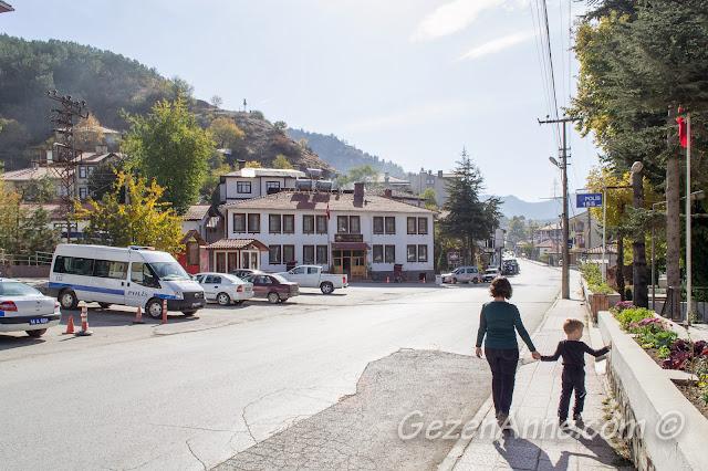Bolu'nun ilçesi Mudurnu sokaklarında yürürken