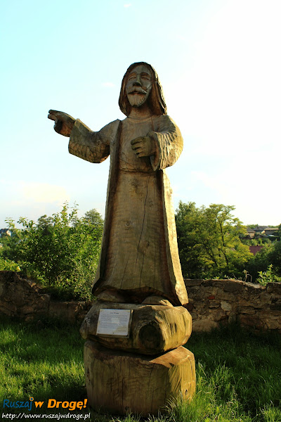 Szydłów - rzeźby wokół kościoła wszystkich świętych