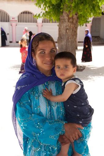 dona àrab amb el fill als braços