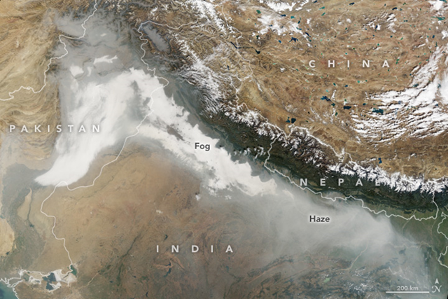 On 8 November 2017, NASA's Terra satellite captured this natural-color image of haze and fog blanketing northern India and Pakistan. Photo: Jesse Allen / NASA Earth Observatory