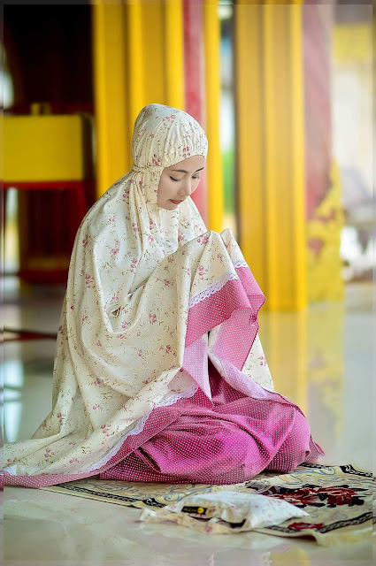 gadis jilbab hijab kerudung berdoa beribadah di atas sajadah
