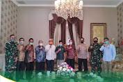 Direksi Bank Aceh Syariah Menyerahkan Bantuan Program Bank Aceh Peduli di Aceh Tamiang