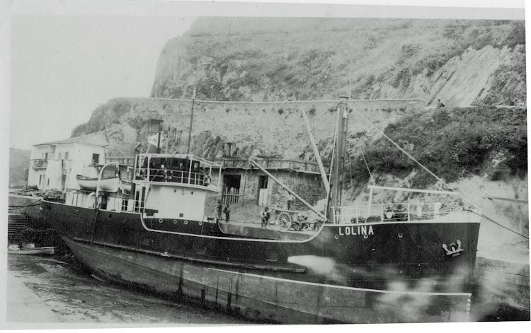 Puerto de Luarca. Fecha indeterminada. El LOLINA varado en la bajamar. Foto Autobus Memoria Digital. De la web Memoria Digital de Asturias.tif