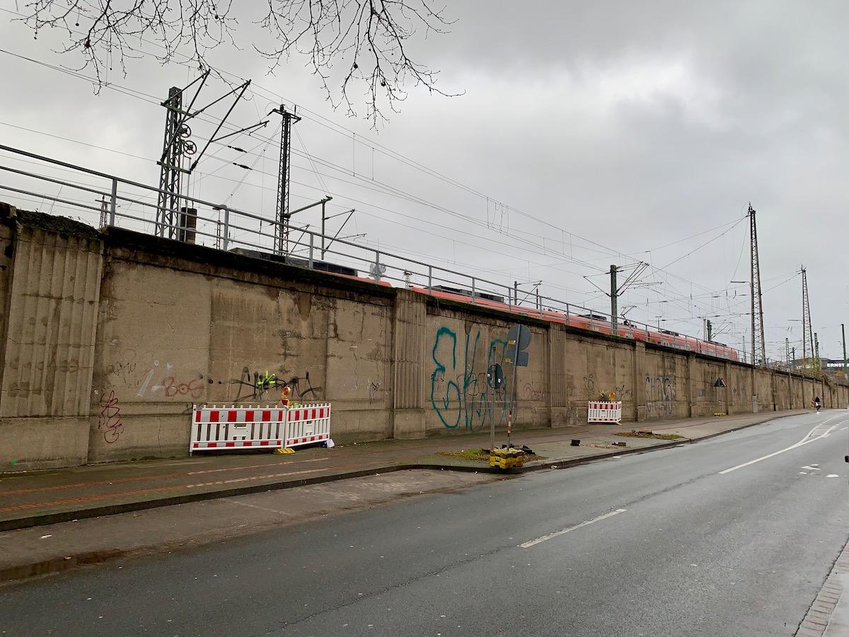 Deutsche Bahn modernisiert Stützwand entlang der Herschelstraße