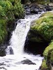 řeka se prodírá koryty a ...