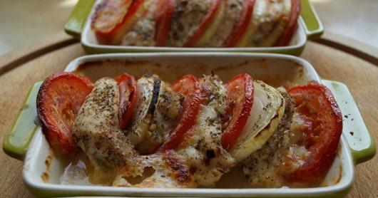filet-z-kurczaka-pieczony-z-mozzarell-pomidorami-i-cebul-1389728587gn8k4