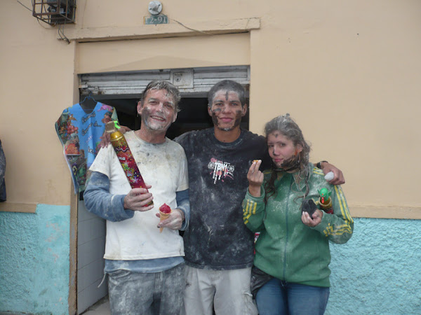 Yo y otros couchsurfers en el carnaval de Pasto, Colombia