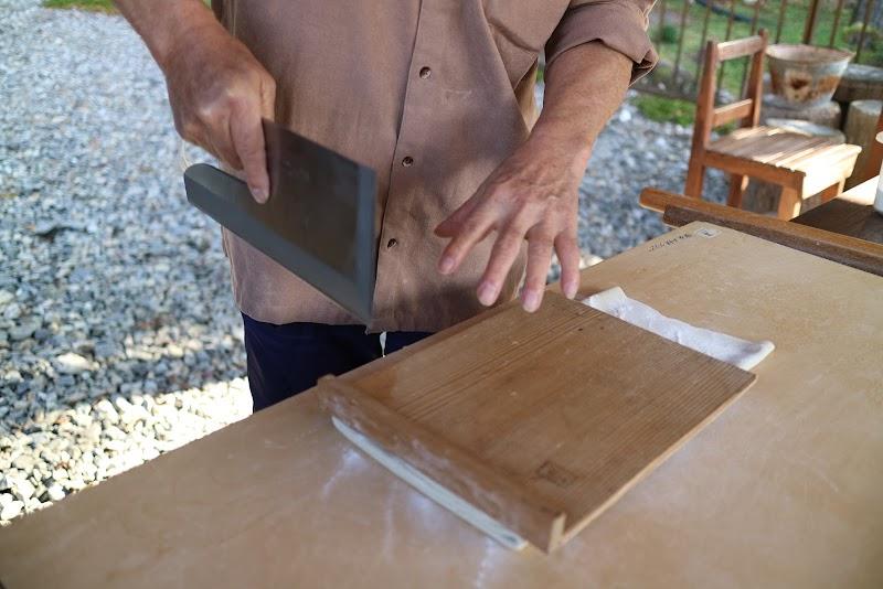 専用の包丁と板をつかって麺にしていく