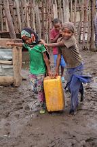 S obstaráváním vody pro rodinu často pomáhají i děti. Kvůli tomu pak ale zanedbávají školní docházku. (Foto: Monika Ticháčková)