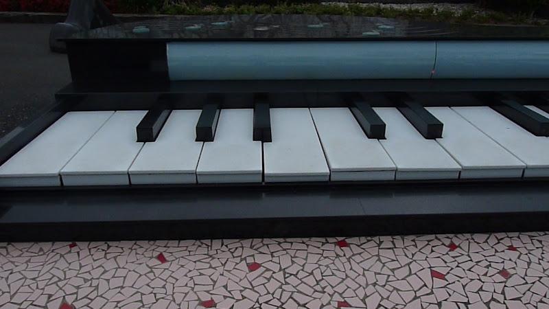 Tombeau de la chanteuse Teresa Seng.on peut marcher sur les touches et jouer de la musique