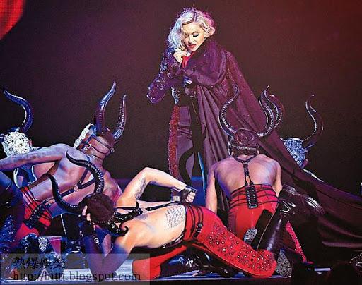 瞬間起身 <br>見慣風浪的麥當娜第一時間企番起身,繼續表演。(Getty Images圖片)