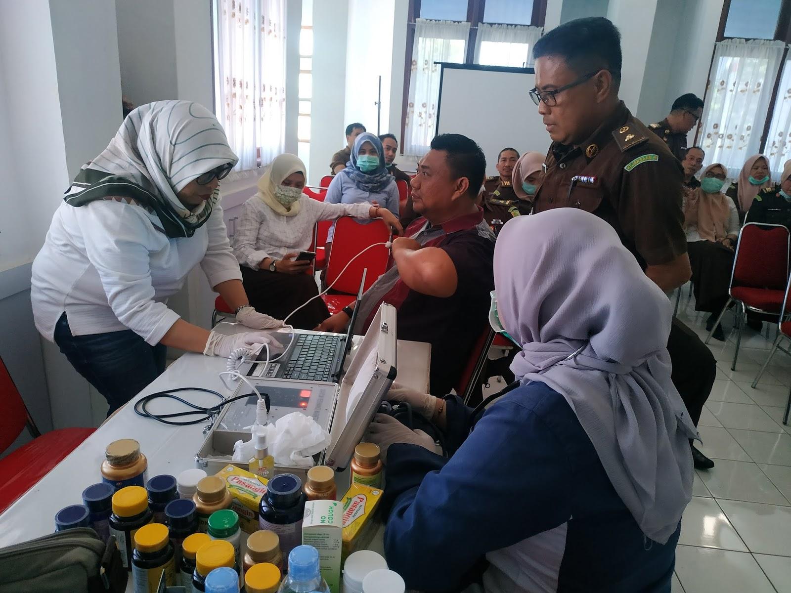 Personel Kejari Bone Cek Kesehatan Sekaligus Sosialisasi Pencegahan Virus Corona