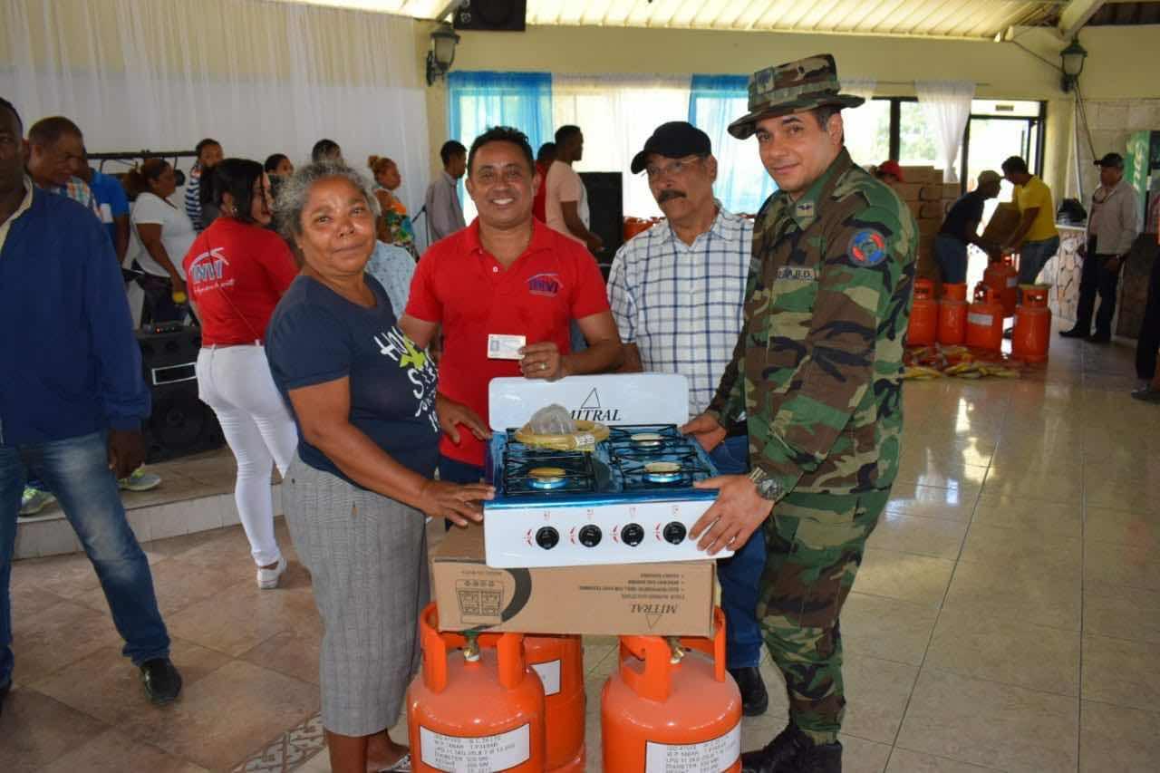 INVI beneficia 470 familias con estufas y tanque de gas en las provincias Puerto Plata y Espaillat