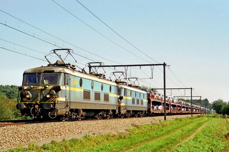 2366 en 2346 in treinschakeling in Langdorp op lijn L35 op 21.09.2006 (foto Axel Vermeulen)