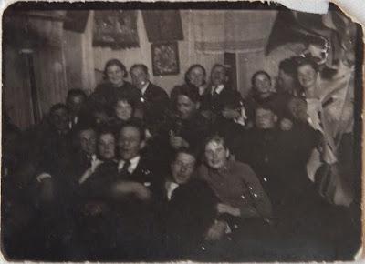 """""""Весело жилось""""(у окна Зоя Волкова) 7.1.1938(из личного архива Зарековкиной З.Р.)"""