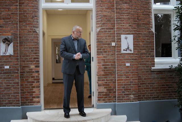 Vervolgens opent wethouder Ed Wallinga één van de twee tentoonstellingen