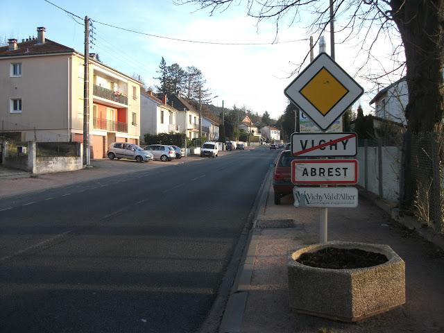 9 décembre 2016 (12466) - Entrée d'Abrest par l'ancienne D 906 dont le cartouche vient d'être déposé mais jamais remplacé. SES 1988- Lacroix 2002- Laporte 1985 - Non réglementaire.
