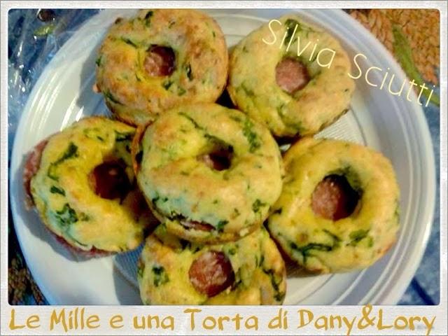 ciambelline di pane e spinaci, farcite con salame