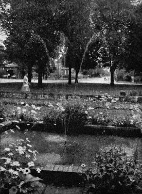 Am Sedanplatz (Bahnhofvorplatz), einst Lagesche Heide, jetzt Parkanlage.