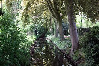 Photo: sloot tussen begraafplaats en pastorietuin, Nieuwveen