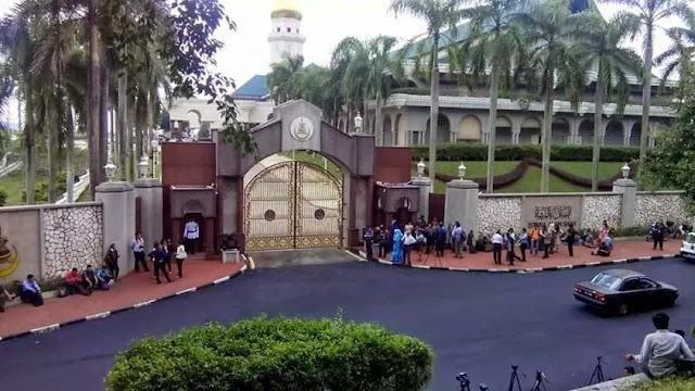 Keadaan Di Luar Istana Shah Alam