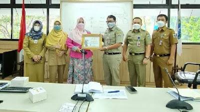 Layanan Prima, Fahira Idris Berikan Piagam Penghargaan DPD RI kepada Dinas Dukcapil DKI Jakarta