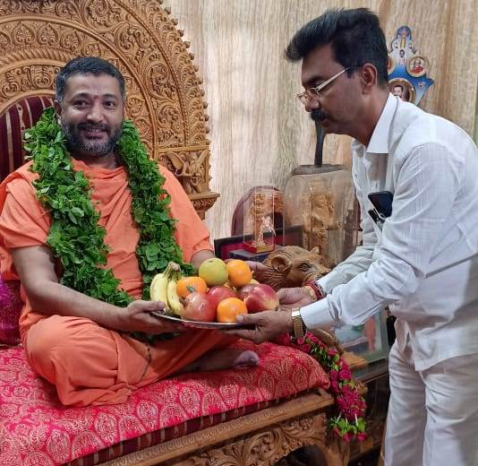 Ravindra Shetty Ulidottu | ಸಂತೋಷ್ ಗುರೂಜಿ ಅವರ ಆಶೀರ್ವಾದ ಪಡೆದ ಅಲೆಮಾರಿ ನಿಗಮದ ಅಧ್ಯಕ್ಷ ರವೀಂದ್ರ ಶೆಟ್ಟಿ ಉಳಿದೊಟ್ಟು