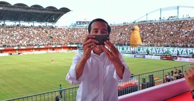 Presiden Jokowi Selfie, Logo Apel Kroak Bikin Netizen Gagal Fokus