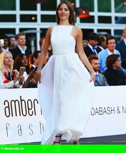 Hình 1:   Vợ Button lộ quần lót vì váy xẻ tà quá cao