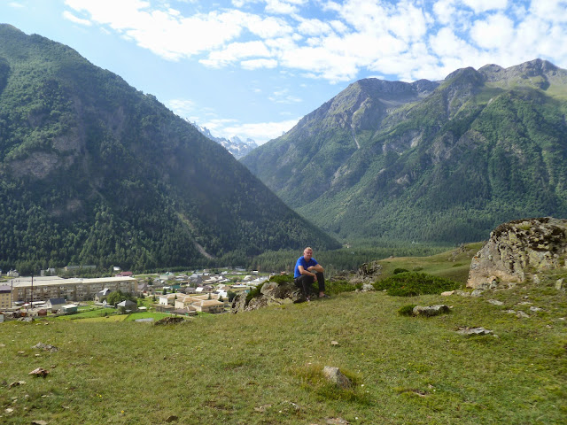 Yuri Berezhnoi et la Vallée de l'Azau près d'Elbruz (Kabardino-Balkarie), 9 août 2014. Photo : J. Marquet
