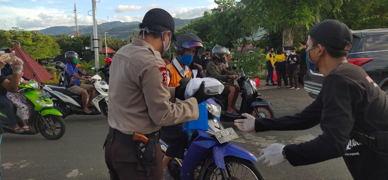 Sat Binmas Polres Soppeng Bersama Saka Bhayangkara Bagi - Bagi Takjil