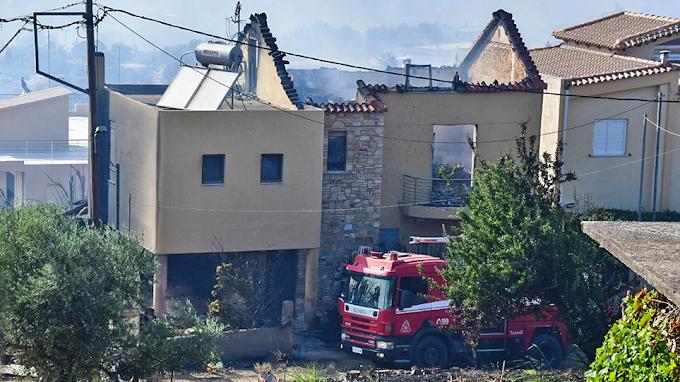 Μεγάλη φωτιά στην Πάτρα: Με εγκαύματα πολίτης - Στη Δροσιά το πύρινο μέτωπο - Κάηκαν σπίτια στο Άνω Σούλι