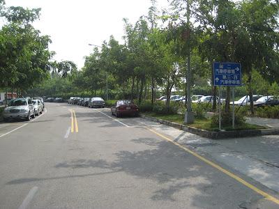 第二停車場到了資訊大樓入口在左前方