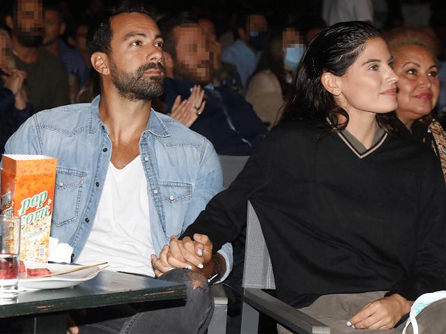 Σάκης Τανιμανίδης – Χριστίνα Μπόμπα: Ερωτευμένοι και… προστατευμένοι σε θεατρική τους έξοδο – Φωτογραφίες