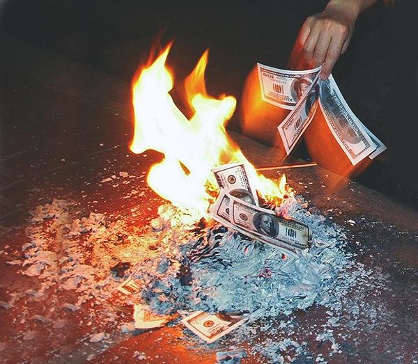 dinheiro queimando burn money